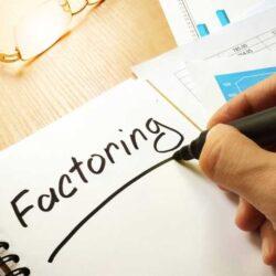 Faktoring – definicja, czym jest i jak go używać?